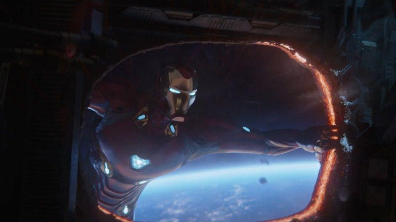 Железный человек попадает на судно Черного ордена через дыру, которую сам сделал